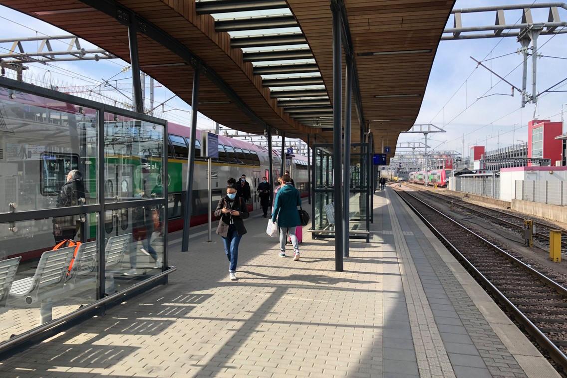 En gare de Luxembourg, une quinzaine de personnes, au mieux, sont descendues du train parti d'Arlon juste après 9h. (Photo: Paperjam)