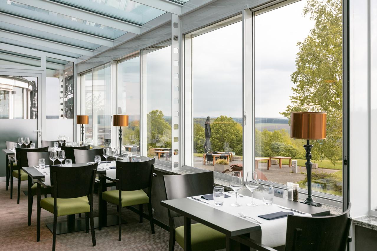 Le restaurant du Golf & Country Hotel et sa belle terrasse ne devraient subir dans l'immédiat qu'une adaptation de la carte et de quelques éléments de décor. (Photo: Romain Gamba/Maison Moderne)