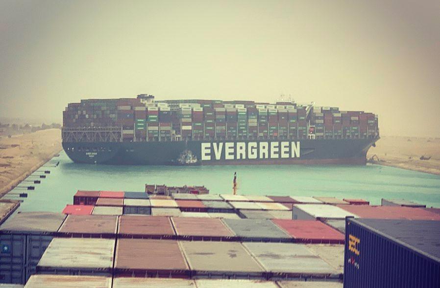 Un incident d'échouage spectaculaire paralyse actuellement tout le trafic sur le canal de Suez. Une utilisatrice d'Instagram a posté une photo du porte-conteneurs géant depuis le Maersk Denver, bloqué derrière l'Ever Given. (Photo: fallenhearts17/Instagram )