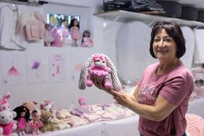 Mara Cruciani consacre 5 à 6 heures par jour à la confection de ses tricots solidaires. ((Photo: Matic Zorman / Maison Moderne))