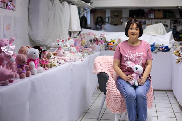 Mara Cruciani s'engage dans la lutte contre la maladie en levant des fonds grâce à la vente de peluches tricotées par ses soins. (Photo: Matic Zorman / Maison Moderne)