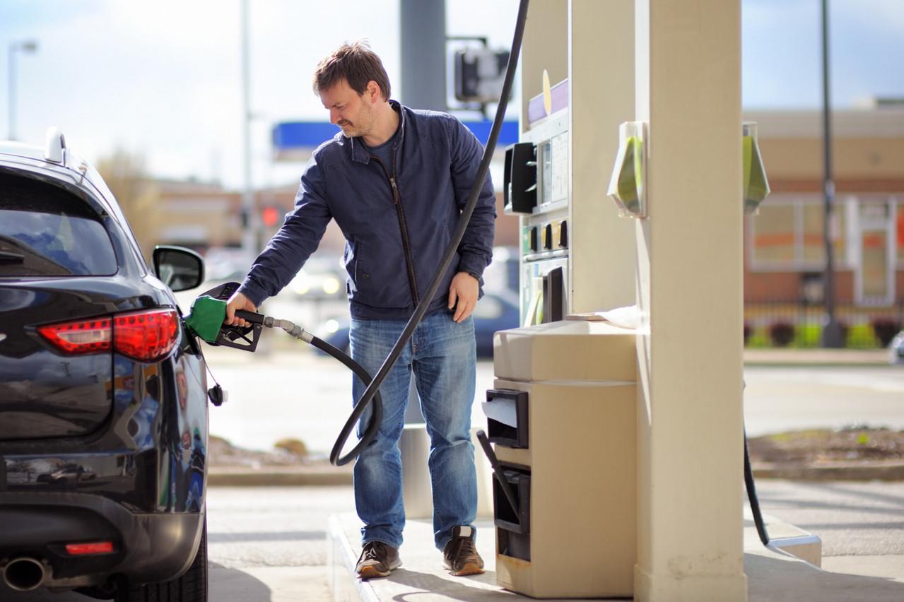 Avec CarPay-Diem, plus besoin d'aller payer ou de mettre sa carte dans l'appareil lié à la pompe. Elle est reconnue dans le smartphone, et le paiement est déclenché automatiquement. (Photo: Shutterstock)