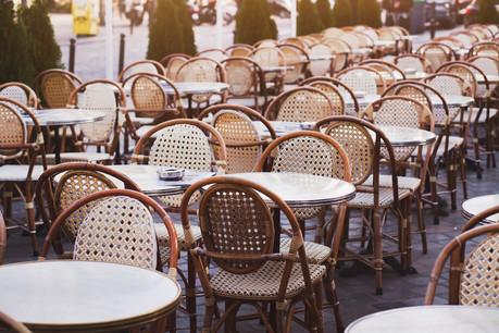 Certains cafés et restaurants pourront bénéficier d'une terrasse plus grande, et ceux qui n'en avaient pas pourront en ouvrir une, par exemple en enlevant des places de stationnement. (Photo: Shutterstock)
