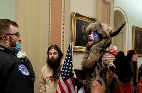 Après un discours de DonaldTrump, certains de ses supporters ont pénétré dans le Capitole pour empêcher la confirmation des votes des grands électeurs. Ils ont fini par être délogés par l'armée et la procédure a repris vers quatre heures du matin, heure luxembourgeoise. (Photo: compte Twitter de la Licra)