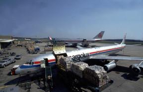 Plus rapide et avec une plus grosse charge utile que CL-44, le DC-8 s'impose. ((Photo: Cargolux))