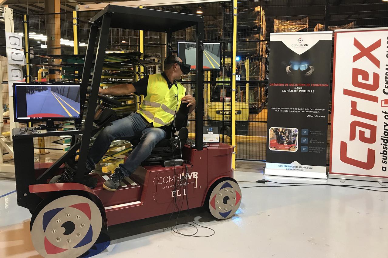 «Le but est que les salariés, dont le métier n'est pas celui de cariste, se rendent compte que c'est un poste qui peut être dangereux pour les piétons, afin qu'ils soient plus attentifs dans les allées de l'usine», explique Fabien Muller, formateur cariste au sein de Carlex Luxembourg. (Photo: Paperjam)