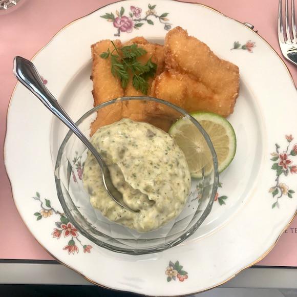 Du cabillaud pané à la chapelure bio, bien cuit avec sa rémoulade et ses frites fraîches: le fish'n'chips de Caroline Esch est un régal! (Photo: Maison Moderne)