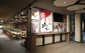 L'histoire de Ferrero est présente dans les espaces communs à travers des affiches historiques des produits. ((Photo: Jacques Giral))
