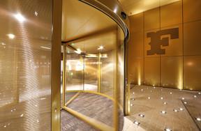 Un sas doré attire les visiteurs vers l'intérieur de l'immeuble. ((Photo: Jacques Giral))