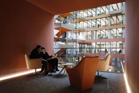 Des espaces de rencontre et de réunion sont aménagés dans les loggias donnant sur la piazza. ((Photo: Jacques Giral))