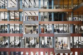 La façade intérieure est entièrement vitrée, permettant aux employés de profiter de la lumière naturelle venant de la verrière de l'atrium. ((Photo: Jacques Giral))