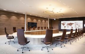 La salle du conseil présente une impressionnante table de réunion. ((Photo: Jacques Giral))