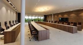 34 personnes peuvent prendre place dans cette salle du conseil. ((Photo: Jacques Giral))