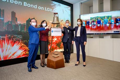 La cérémonie virtuelle «Ring the Bell» s'est tenue en présence de Liu Jiang, CEO de China Construction Bank (Europe), Yang Xiaorong, ambassadrice de Chine, ClaudeMarx, directeur général de la CSSF et JulieBecker, CEO de la Bourse de Luxembourg (de gauche à droite). (Photo: Luxembourg Stock Exchange)