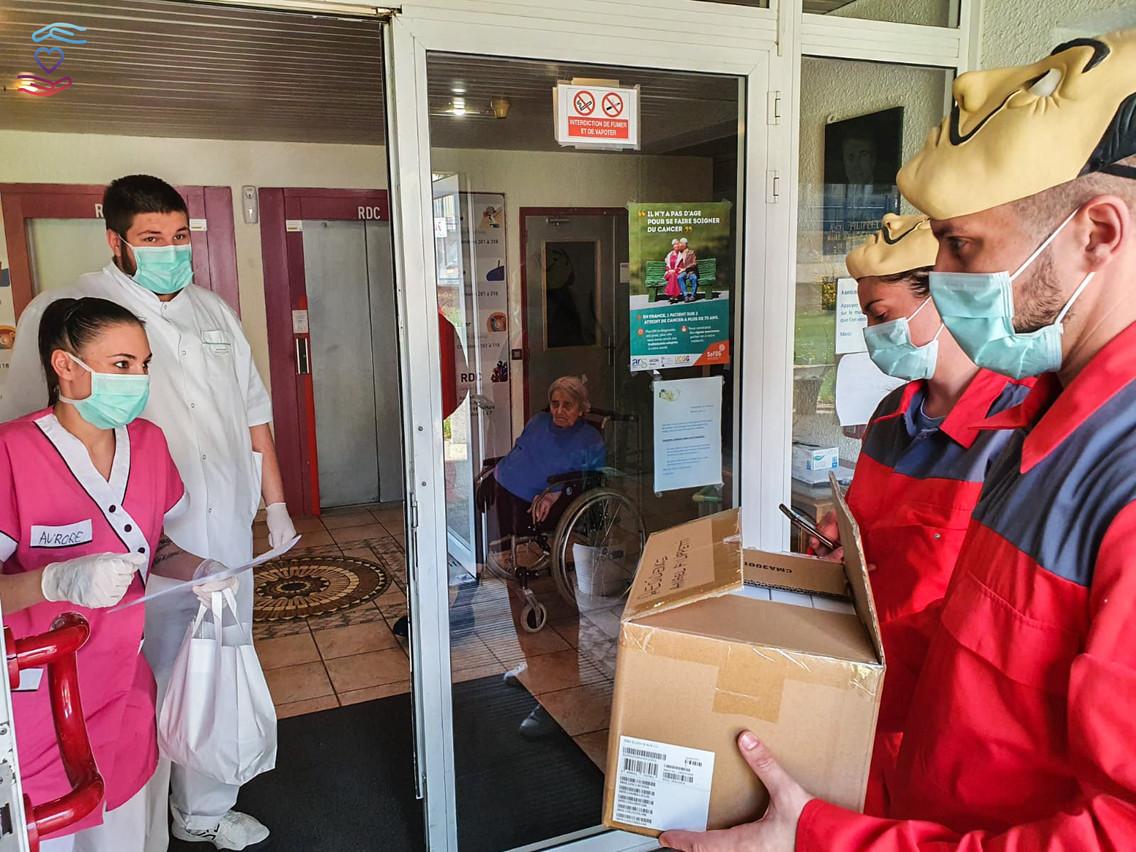 Les bénévoles de Solidar-IT distribuaient leurs tablettes dans les maisons de soins, aux couleurs des personnages de la série «La Casa de Papel» pour véhiculer les valeurs du travail d'équipe et de l'entraide. (Photo: MathiasTricart/Solidar-IT)