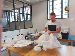 Mett Hoffmann travaille à partir d'éléments qu'il assemble pour créer des luminaires ou d'autres objets design. ((Photo: Paperjam.lu))