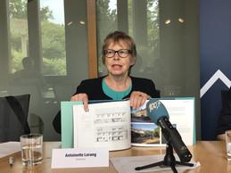 Antoinette Lorang présente la publication qu'elle a écrite pour les 100 ans de la SNHBM. ((Photo: DR))