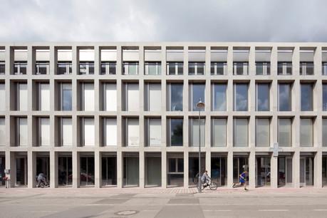 La trame régulière de la façade est une des caractéristiques fortes de ce projet. (Photo: Maxime Delvaux)