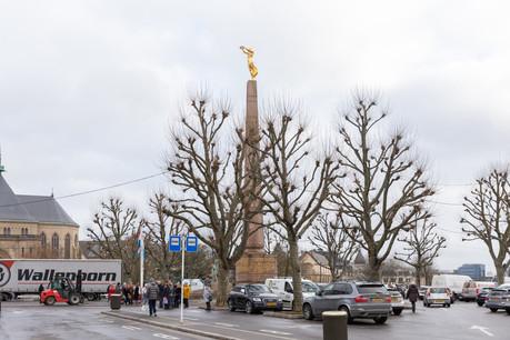 Le parking autour de laGëlle Fra devrait disparaître selon le projet de réaménagement de la place de la Constitution. (Photo: Romain Gamba/Maison Moderne)