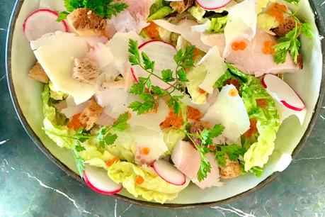La truite fumée, une alternative à la fois originale, durable et délicieuse au poulet pour la salade César, comme le prouve la carte du Paname. (Photo: Maison Moderne)