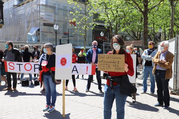 Des manifestants se sont regroupés devant le Cercle Cité, où avait lieu le vote des députés sur le projet de loi visant à approuver le Ceta. (Photo: Chambre des députés)