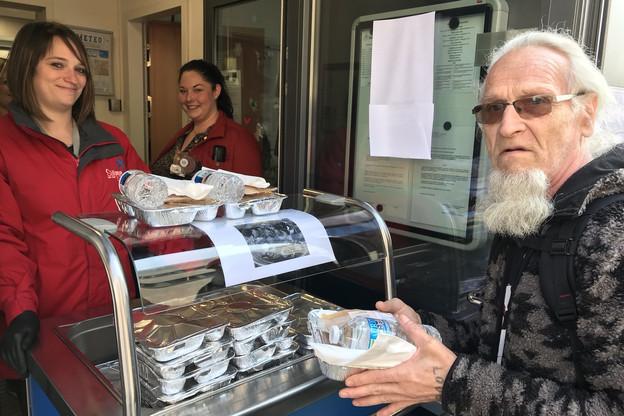 400 repas sont distribués par jour à Esch et à Hollerich le midi, de 11h30 à 15h30, par les travailleurs sociaux de Stëmm vun der Strooss. (Photo: Stëmm vun der stroos)