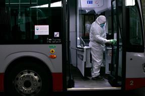 Les bus sont nettoyés et désinfectés entièrement et jusqu'au moindre détail pour assurer la sécurité des passagers et du chauffeur. ((Photo: Matic Zorman / Maison Moderne))