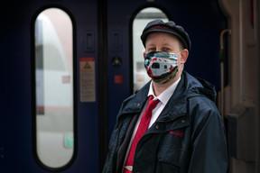 Le personnel des CFL est également protégé par des masques. ((Photo: Matic Zorman / Maison Moderne))