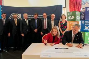 Simone Dettling (UNEP FI) et Guy Hoffmann (ABBL) ont officialisé l'adhésion de la fédération bancaire aux principes de la finance soutenable. ((Photo: Matic Zorman))