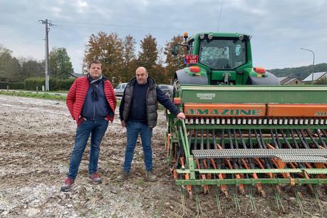 Les deux associés ont semé leur champ voici quelques semaines. Le blé sera récolté à la fin du mois d'août. (Photo: Vincent Demelenne)