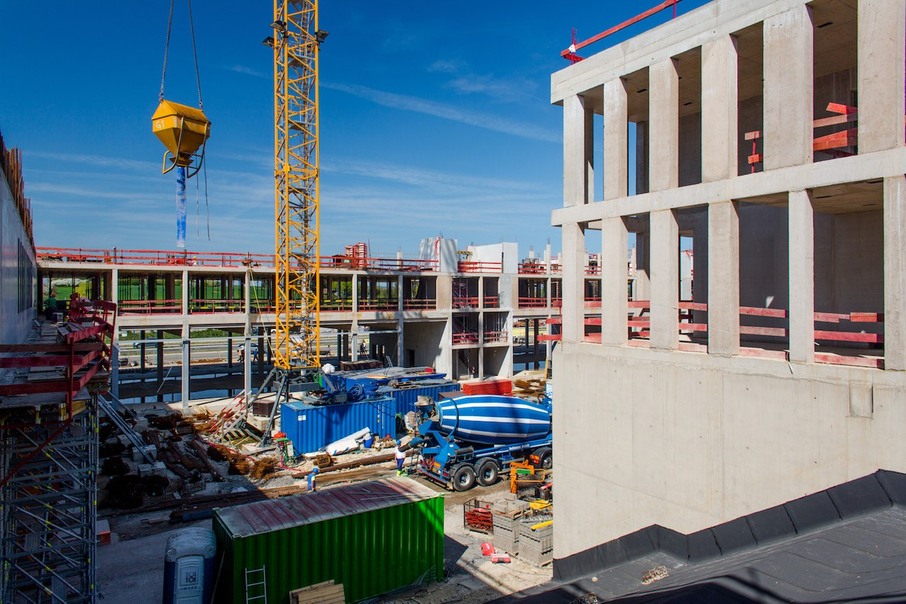 Les entreprises de construction auraient souhaité travailler en continu cet été pour compenser les pertes du printemps. (Photo: Matic Zorman / archives / Maison Moderne)