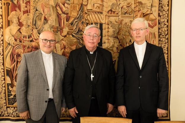 Leo Wagener (à gauche) et Patrick Muller (à droite) entourent l'archevêque de Luxembourg, Jean-Claude Hollerich. (Photo: Archevêché de Luxembourg/SCP)