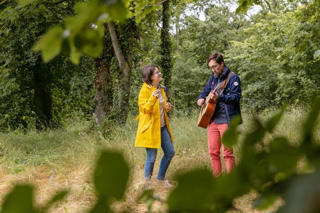 Un duo dynamique: Tiffany Saska et le guitariste Laurent animent les promenades de chant dans la nature au Luxembourg. (Photo: Romain Gamba/Maison Moderne)