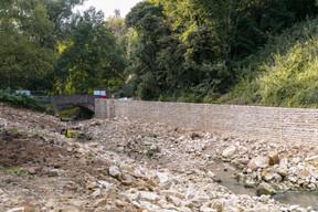 De nouveaux murs en pierres ont été construits sur un des côtés des berges. ((Photo: Romain Gamba/Maison Moderne))