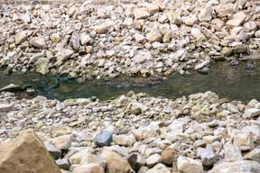 Le cours d'eau s'écoule de manière plus naturelle, avec des abords en pierre naturelle. ((Photo: Romain Gamba / Maison Moderne))