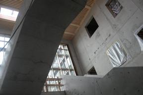 Grâce au mur vitré, la lumière pénètre généreusement à l'intérieur du hall de circulation. ((Photo: Matic Zorman/Maison Moderne))