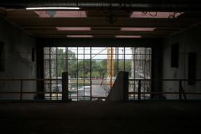 Vue du mur vitré donnant sur l'arrière de la parcelle. ((Photo: Matic Zorman/Maison Moderne))