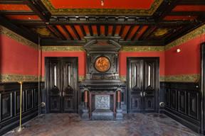 Un des salons, au style néo-Renaissance, avec sa majestueuse cheminée. ((Photo: Jan Hanrion/Patricia Pitsch – archives Maison Moderne))