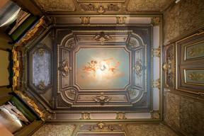 On trouve encore des plafonds peints ornés de stucs dans la villa. ((Photo: Jan Hanrion/Patricia Pitsch – archives Maison Moderne))