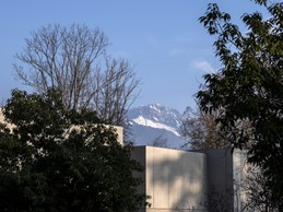 Le Studio est implanté dans le parc depuis lequel les montagnes sont visibles. ((Photo: Eric Chenal))