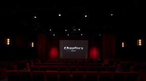 Les visiteurs sont accueillis dans une salle de cinéma. ((Photo: Eric Chenal))