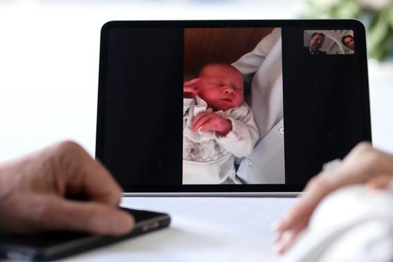 La toute première photo de Charles de Luxembourg, lors d'une vidéoconférence entre ses parents et le Grand-Duc et la Grande-Duchesse. (Photo: Cour Grand Ducale / Sophie Margue)