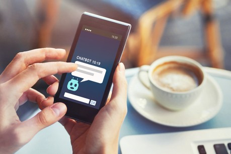 Par le biais d'un service de conversations automatisées, le chatbot est un robot logiciel pouvant dialoguer avec un individu ou consommateur. (Photo: Shutterstock)