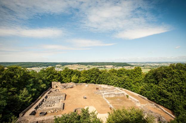 Sur le mont Saint-Jean à Dudelange, il est possible de découvrir les ruines d'un des 18 châteaux construits au Luxembourg. (Photo: Mike Zenari/Ville de Dudelange)