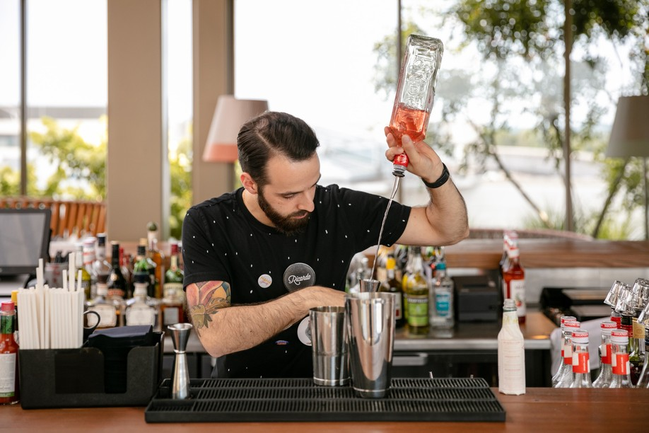 On the rooftop of the Mama Shelter Luxembourg, Ricardo swirls his shakers with a breathtaking view of the Porte de l'Europe district...  (Photo: Romain Gamba/Maison Moderne)