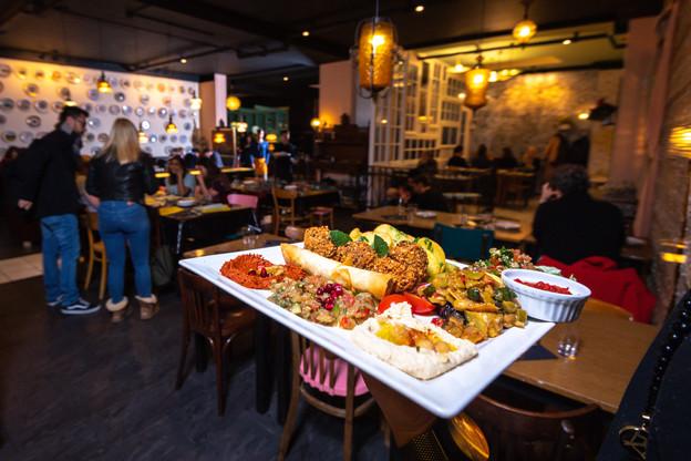 De bons plats levantins et une ambiance enlevée dans un décor bien fait, voilà ce qui fait le succès du projet solidaire Chiche! (Photo: Nader Ghavami)