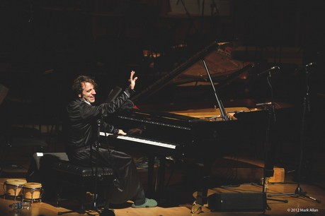 Chilly Gonzales en concert avec le BBC Symphony Orchestra dirigé par Julian Buckley au Barbican, à Londres, en 2012. (Photo: Mark Allan)