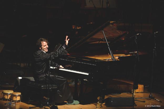 Chilly Gonzales en concert avec le BBC Symphony Orchestra dirigé par Julian Buckley au Barbican, à Londres, en 2012. (Photo: Mark Allan)