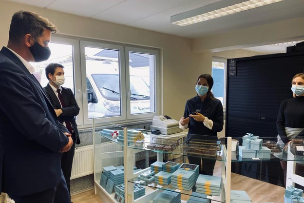 Entre deux préparations de commandes pour l'étranger et la préparation des fêtes de fin d'année, Alexandra Kahn a pu échanger, mardi, avec le ministre des Classes moyennes sur les enjeux de l'artisanat au Luxembourg. (Photo: Twitter/Lex Delles)