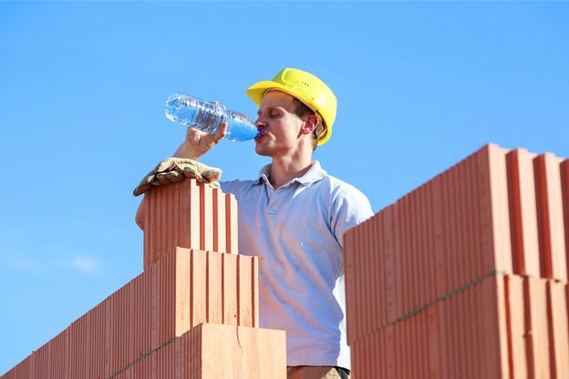 Les métiers du bâtiment et de l'artisanat sont notamment concernés par les mesures de prévention à prendre lors de cette vague de chaleur. (Photo: Shutterstock)